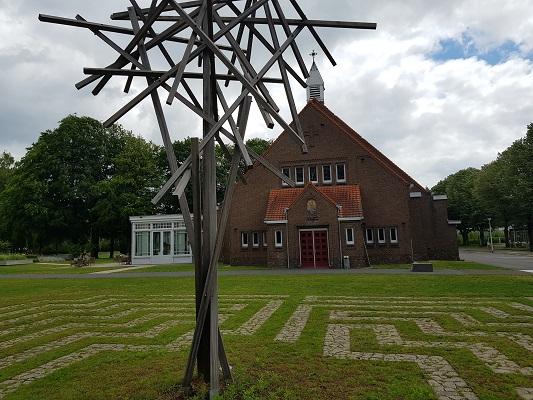 Wandelen buiten de binnenstad van Nijmegen over het Groesbeekpad naar Groesbeek bij kunstwerk in Dekkerswald