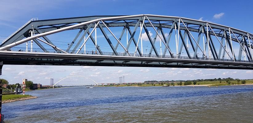 Wandeling buiten de binnenstad van Nijmegen over het Weurtpad bij brug de Snelbinder over de Waal in Nijmegen