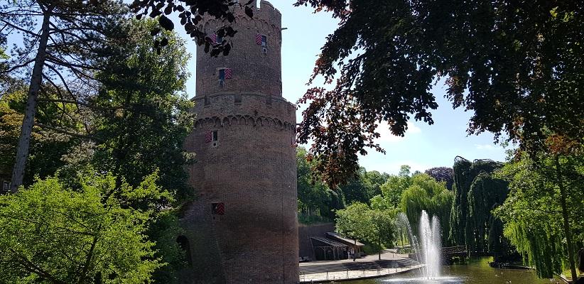 Wandeling buiten de binnenstad van Nijmegen over het Weurtpad in Kronenburger Park in Nijmegen