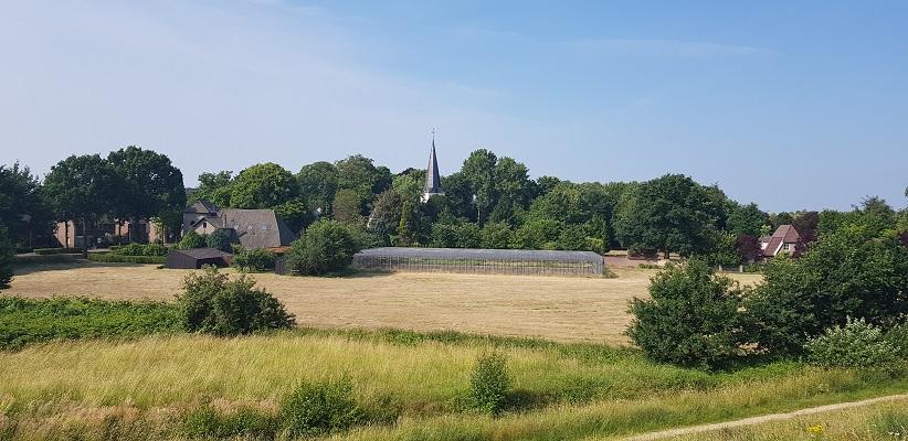 Ik maak een wandeling met de gids van Gegarandeerd Onregelmatig Buiten de binnenstad van Nijmegen over het Wijchenpad met zicht op Neerbosch