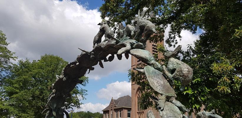 Wandelen over het Achterhoekpad van Groenlo naar Borculo bij kunstwerk Milleniumbeeld Keer Omme in Beltrum
