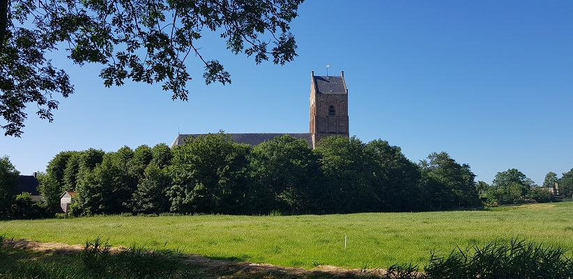 Wandeling van Ferwerd naar Dokkum over het Elfstedenpad bij de kerk van Ferwerd