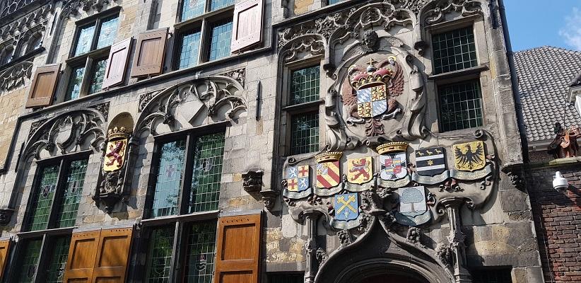 Wandelen in Delfland in Centrum Delft bij het gebouw van Hoogheemraadschap