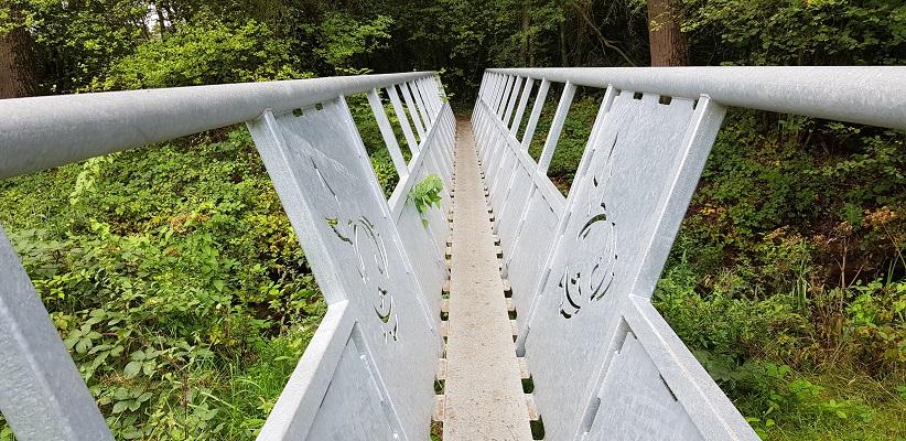 Wandeling over het Roots Natuurpad van Oisterwijk op brug over de Beerze van Natuurmonumenten