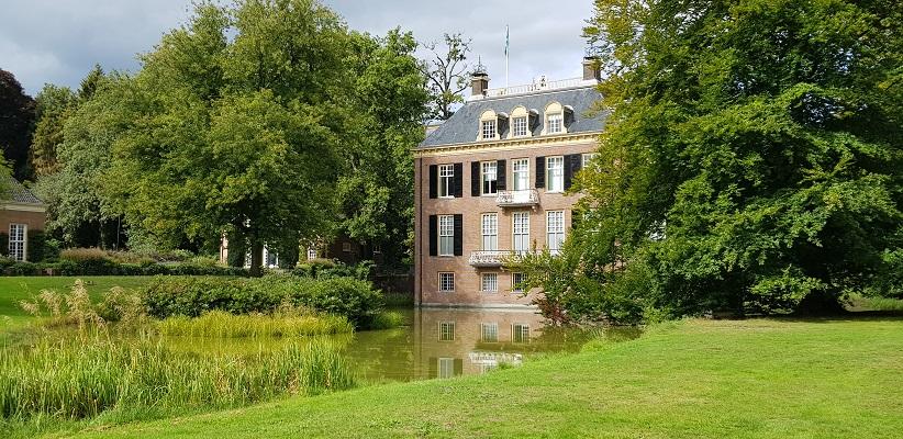 Wandelen buiten de binnenstad van Arnhem over het Parkenpad bij Zypendaal