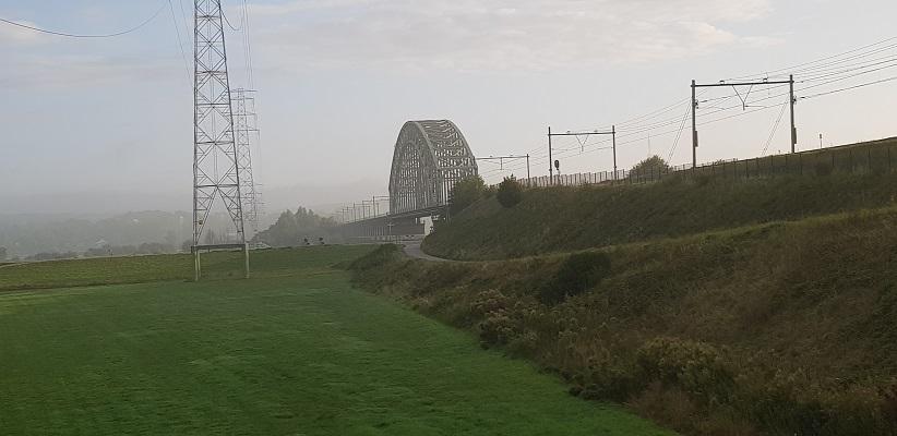Wandelen buiten de binnenstad van Arnhem van Gegarandeerd Onregelmatig over het Vinexpad bij de spoorbrug over de Rijn