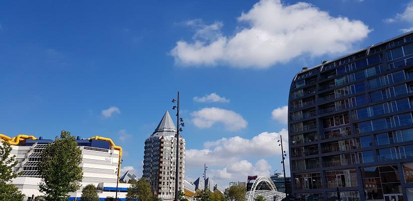 Wandeling buiten de binnenstad van Rotterdam over het Kralingseveerpad bij de Markthal