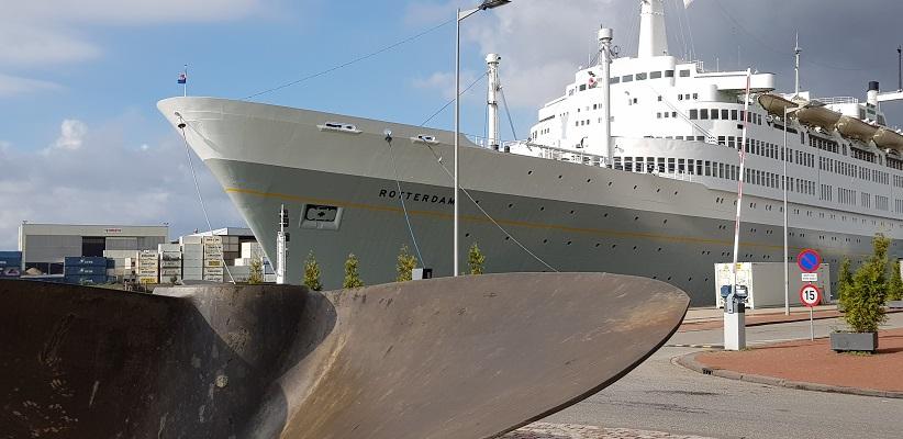 Wandeling buiten de binnenstad van Rotterdam over het Katendrechtpad bij SS De Rotterdam