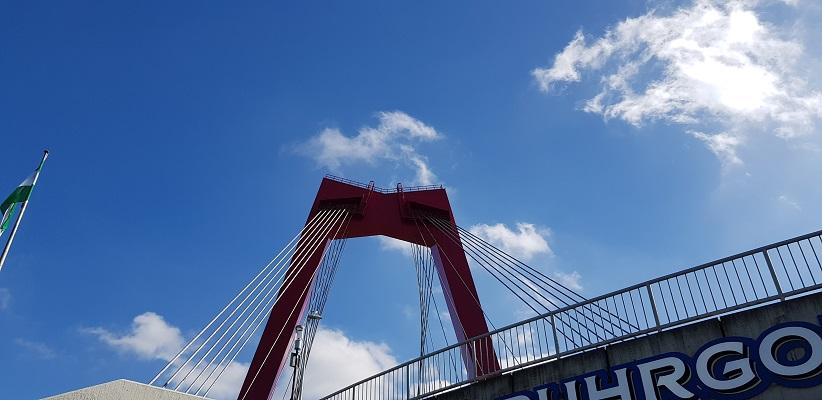 Wandeling buiten de binnenstad van Rotterdam over het Kralingseveerpad bij de Willemsbrug