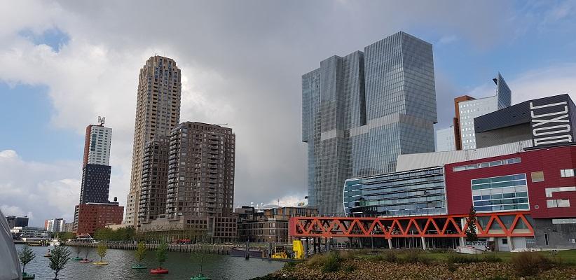 Wandeling buiten de binnenstad van Rotterdam over het Katendrechtpad op de Kop van Zuid