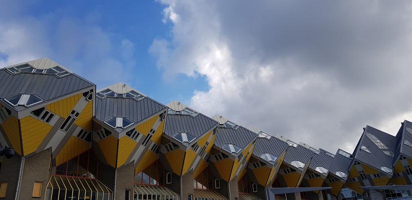 Wandeling buiten de binnenstad van Rotterdam over het Katendrechtpad bij Kubuswoningen