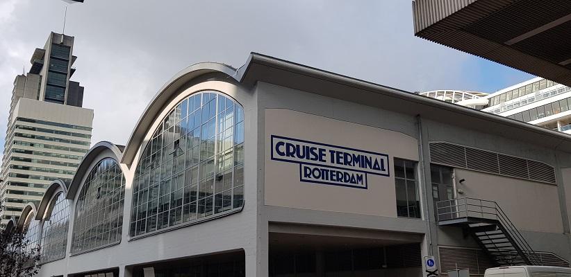 Wandeling buiten de binnenstad van Rotterdam over het Katendrechtpad bij de Cruise Terminal Rotterdam