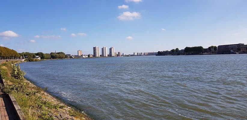 Wandeling buiten de binnenstad van Rotterdam over het Kralingseveerpad langs de Maas