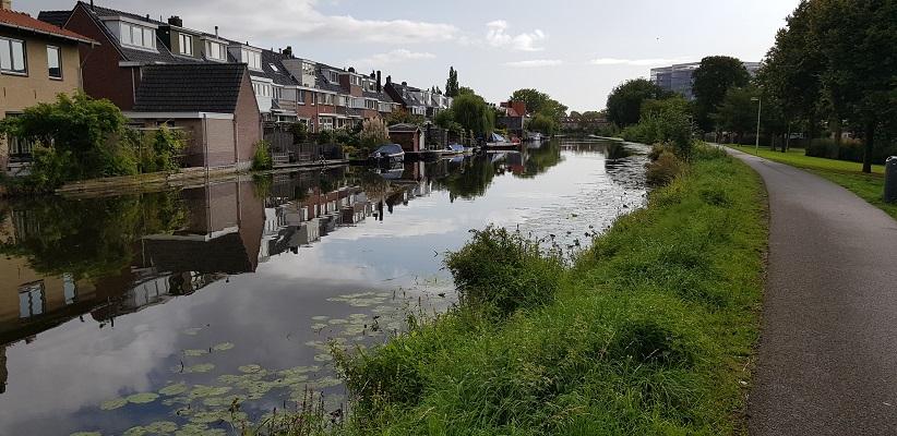 Wandelen buiten de binnenstad van Rotterdam over het Overschiepad langs de Rotterdamse Schie