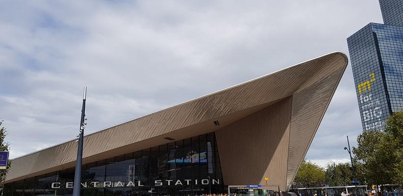 Wandelen buiten de binnenstad van Rotterdam over het Overschiepad bij Station Rotterdam Centraal