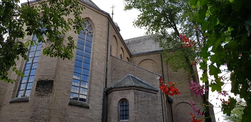 Wandeling door historisch Utrecht van de gids Utrecht acht keer anders van gegarandeerd onregelmatig bij de Pieterskerk