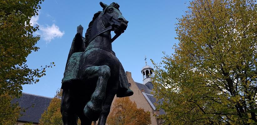 Wandeling door historisch Utrecht van de gids Utrecht acht keer anders van gegarandeerd onregelmatig bij de Romaanse Kerk