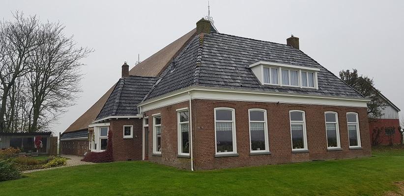 Wandeling over het Elfstedenpad van Sint Annaparochie naar Hallummerhoek bij een Friese boerderij in Hallummerhoek