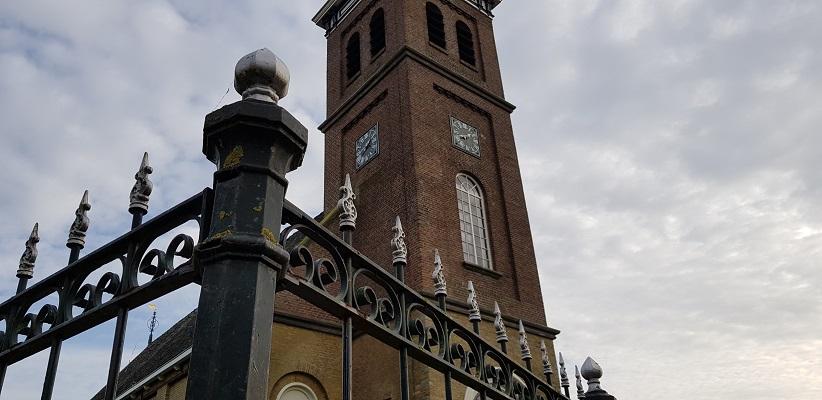 Wandeling over het Elfstedenpad van Witmarsum naar Allingawier bij de kerk in Schettens