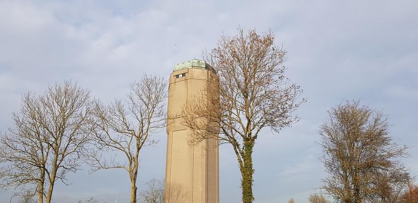 Wandeling over het Elfstedenpad van Witmarsum naar Allingawier bij de watertoren in Bolsward