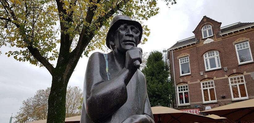 Wandeling uit gids Utrecht acht keer anders langs markante Utrechters bij het beeld van Herman Berkien