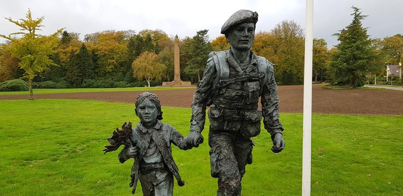 Wandeling buiten de binnenstad van Arnhem over het Oorlogspad bij het beeld bij de Naald in Oosterbeek