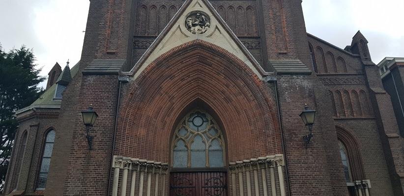 Wandeling over het Romeinse Limespad van Leiden naar Voorburg bij de kerk in Voorburg