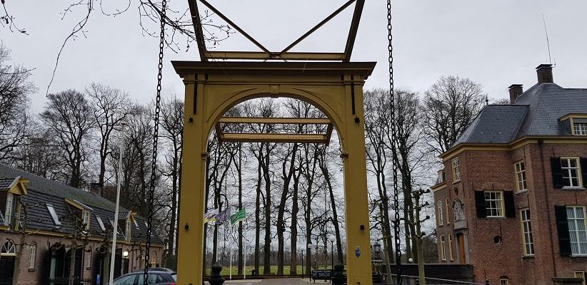 Wandeling over Trage Tocht Neerijnen bij de ophaalbrug bij kasteel Neerijnen