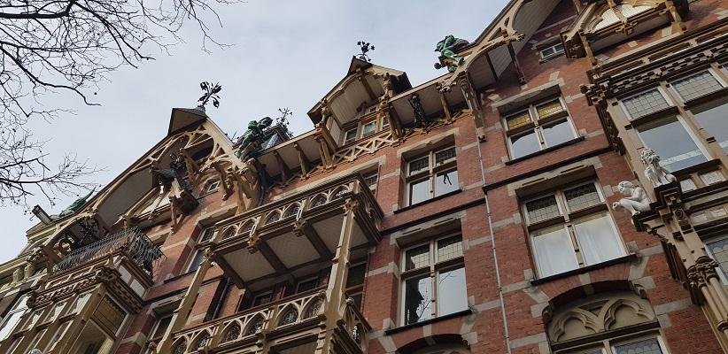 Wandeling ten westen van de Amstel in Amsterdam bij het huis met de Kabouters