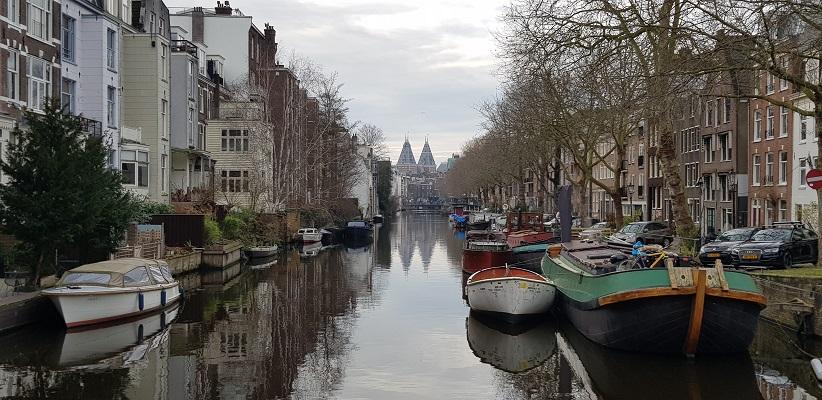 Wandeling ten westen van de Amstel in Amsterdam met zicht op het Rijksmuseum
