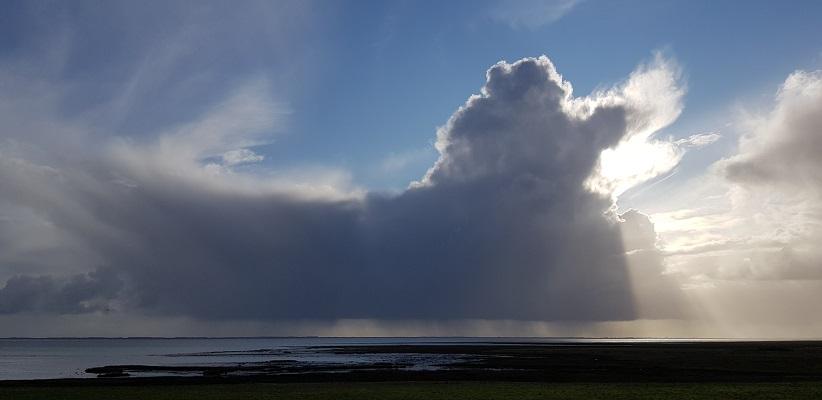 Wandeling rond de Westerplas op Schiermonnikoog bij mooie luchten boven de Waddenzee