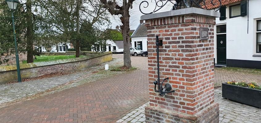 Stadswandeling Batenburg bij de dorpspomp