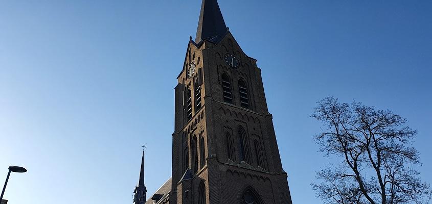 Komwandeling dorp Zeeland over het Kuierpad bij de kerk