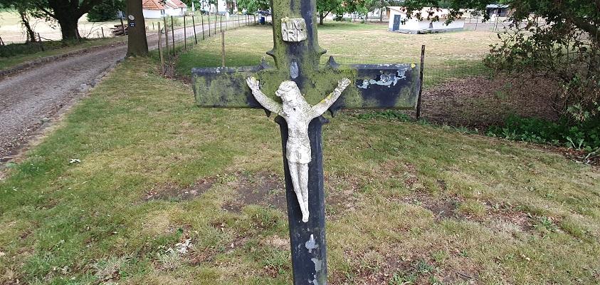 Wandeling over Trage Tocht Leudal bij een kruisbeeldje