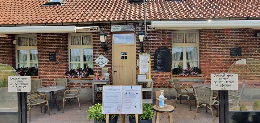 Wandeling over Trage Tocht Wortel-Kolonie bij Café in Holland