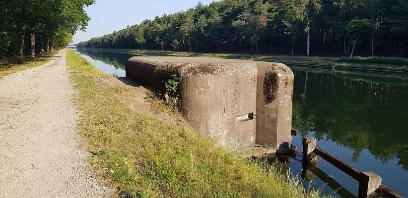 Wandeling over het Airbornepad van de Kempervennen naar Lommel in België bij een bunker in kanaal Bocholt-Herentals