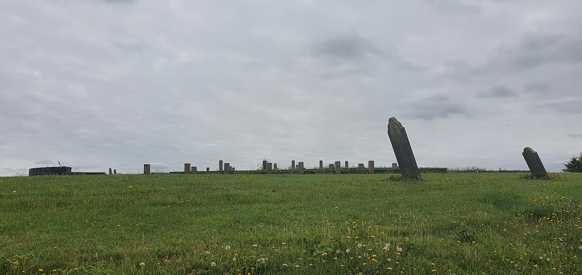 Wandeling van Hoorn naar Midsland aan Zee op Terschelling van WaddenWandelen bij het kerkhofje van Midsland