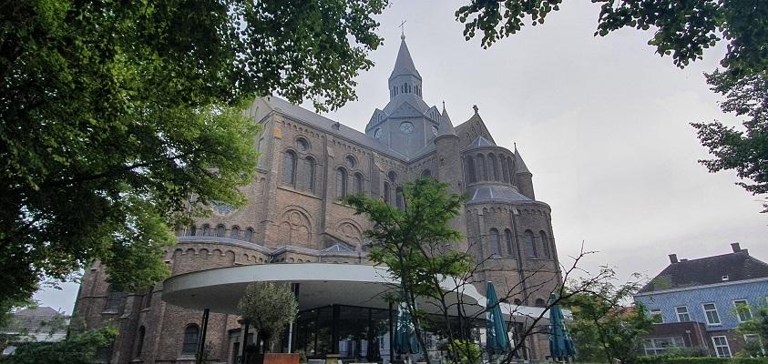 Wandeling van Vught naar Den Bosch van de Paadjesmakers bij de kerk in Vught