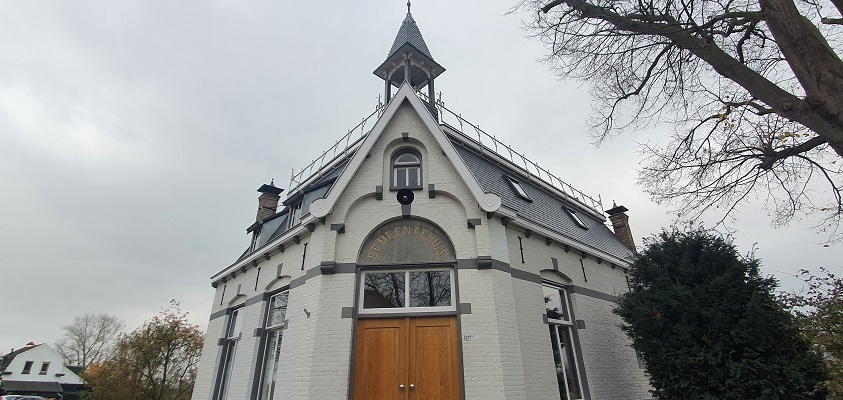 Thijssewandeling Lith-Maren-Kessel bij het voormalige gemeentehuis van Maren