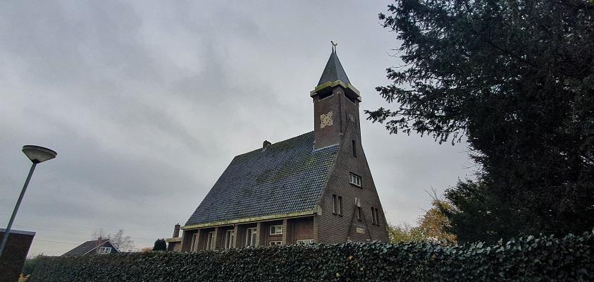 Wandeling over Westfriese Omringdijk van Ursem naar Alkmaar bij de kerk in Oterleek