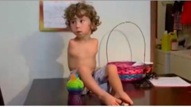 Photo of Απαγόρευσαν σε παιδάκι χωρίς χέρια να φάει με τα πόδια… (βίντεο).