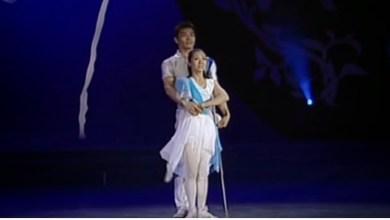 Photo of Αυτή χωρίς χέρι, αυτός χωρίς πόδι – χορεύουν χέρι χέρι