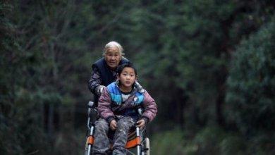 Photo of 76χρονη γιαγιά περπατάει 15 μίλια κάθε μέρα τσουλώντας το αναπηρικό καροτσάκι του εγγονού της για να μην χάσει το σχολείο!