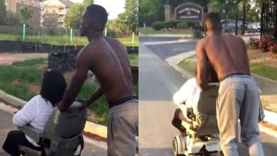 Photo of Άντρας άφησε ότι έκανε και έσπρωξε ανάπηρη γυναίκα σε αναπηρικό καροτσάκι μέχρι το σπίτι της όταν χάλασε το μοτέρ του αμαξιδίου της