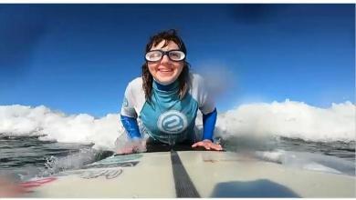 Photo of Η τυφλή σέρφερ που δαμάζει τα κύματα