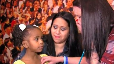Photo of Μητέρα ακούει την καρδιά του νεκρού γιου της στο σώμα του κοριτσιού στο οποίο μεταμοσχεύθηκε