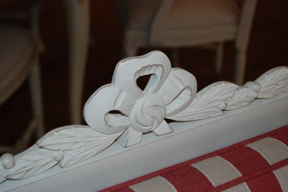 Handskuret ornament på trågsoffa Nynäs