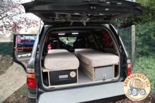 Vue arrière avec les 2 emplacements de couchages. (les matelas réalisés par le propriétaire n'ont pas été modifié suite à la A gauche frigo tiroir 32 litres et à droite tiroir cuisinette avec gaz 2 feux.