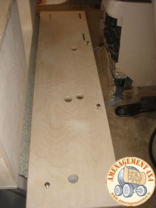 Plancher avant bas pour la fixation de la batterie supplémentaire, du réservoir d'eau et des accessoires