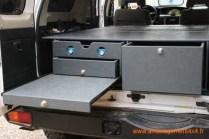 1 grand tiroir à droite, 1 tiroir cuisinette avec réchaud gaz 2 feux, 1 sous tiroir de rangement vaisselle, planche à découper ou table d'appoint,toutes les tiroirs sont en sortie totale.